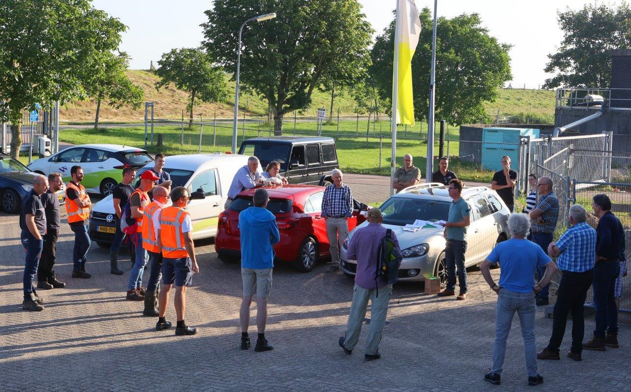 Voor de dijkwachten in de Bommelerwaard begint de zondag met een briefing bij het pand van Waterschap Rivierenland in Zaltbommel.