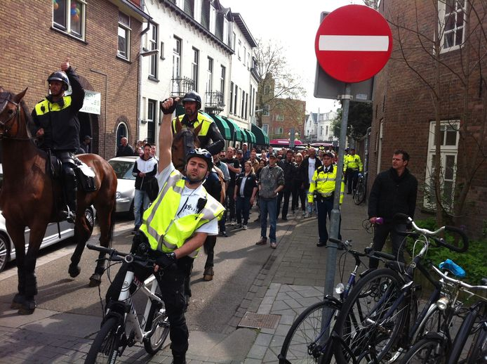 http://www.gelderlander.nl/regio/arnhem/verkeershinder-in-arnhem-door-vitesse-ajax-1.4301276