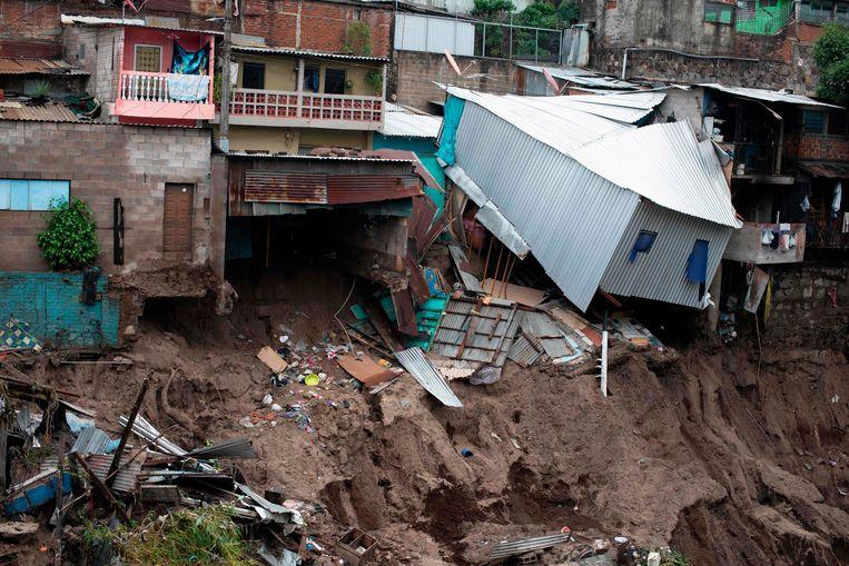 De tropische storm Amanda liet in San Salvador een spoor van vernieling achter. Beeld AFP