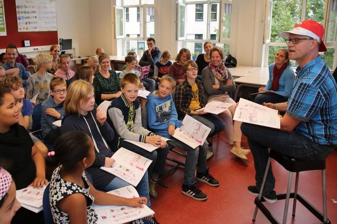De Evangelische Basisschool de Olijfboom, die nu in de Voorstad in Deventer huist, doet veel met ouders samen. De ouders van groep acht wonen de Kanjerles van meester Ite Pijp bij. foto ronald hissink
