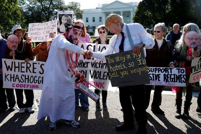 Activisten verkleedden zich als de kroonprins en Trump en protesteerden tegen het uitblijven van internationale sancties.
