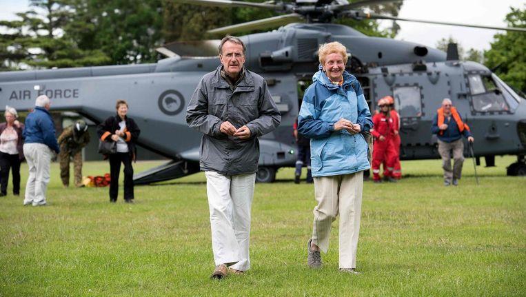 Gestrande toeristen worden met een helikopter in veiligheid gebracht. Beeld afp