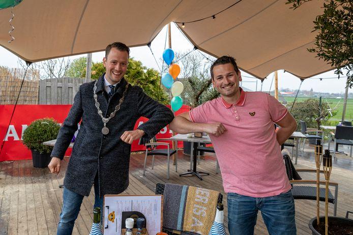 Uitbater Joey Akerboom (30) van Café Inn 't Lely Veldt en burgemeester Robbert-Jan van Duijn bij de ingebruikname van het Beach Club-terras van 200 vierkante meter.