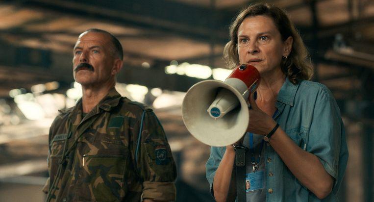 Majoor Franken (Raymond Thiry) en Jasna Djuricic in Quo vadis, Aida. Beeld