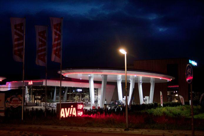 De reclamezuil bij het Avia-tankstation aan de Bleek in Enter die 's avonds overlast veroorzaakt in de woning van de overburen.