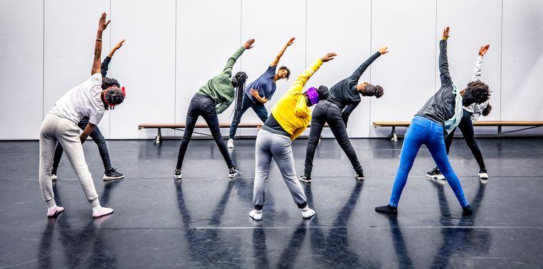 Speciale sport- en danslessen om fit te blijven op het Bindelmeer College in Amsterdam. Beeld Raymond Rutting / De Volkskrant