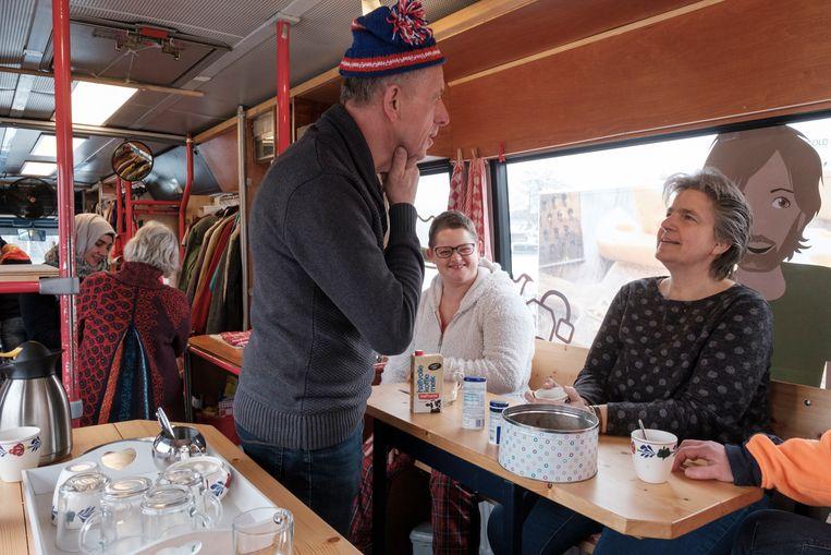 Chauffeur Rienk Harkema van de Kledingbus in gesprek met bestuurslid Tryntsje van der Galiën. Beeld Sjaak Verboom