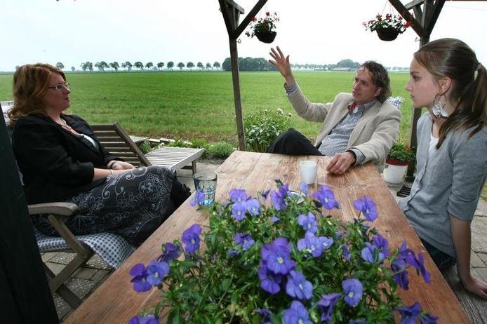 Burgemeester Carla Breuer (links) is op bezoek bij René Fijen en zijn dochter Merel. Ze doet dat in het kader van haar stratenbezoeken, waarmee ze alle straten van de gemeente wil zien. foto Ramon Mangold/het fotoburo
