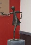 Het beeld van het wegrennende meisje zoals het er sinds 2010 stond.