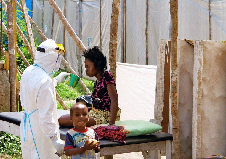 Een ebola-slachtoffer wordt behandeld in Sierra Leone. Beeld reuters