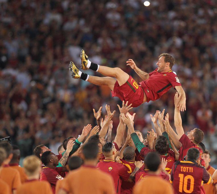 Spelers van Roma dragen Totti na een winst over Genua in 2017.  Beeld Getty Images