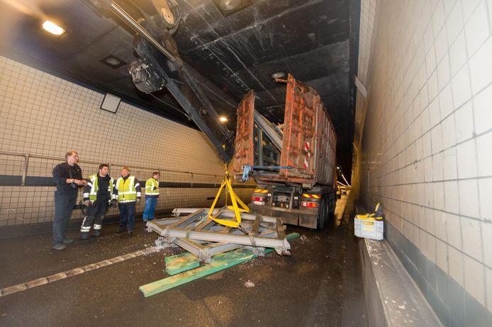 Er gebeuren geregeld ongelukken in de Waaslandtunnel. De typische witte tegeltjes moeten er binnenkort allemaal af, heeft Agentschap Wegen en Verkeer beslist.
