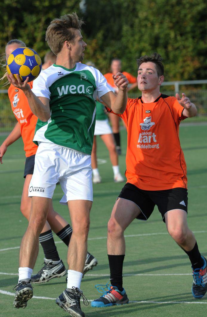 Stephan den Boer (rechts, hier tegen Tjoba) was zaterdag de gevierde man met twaalf doelpunten tegen Rust Roest.