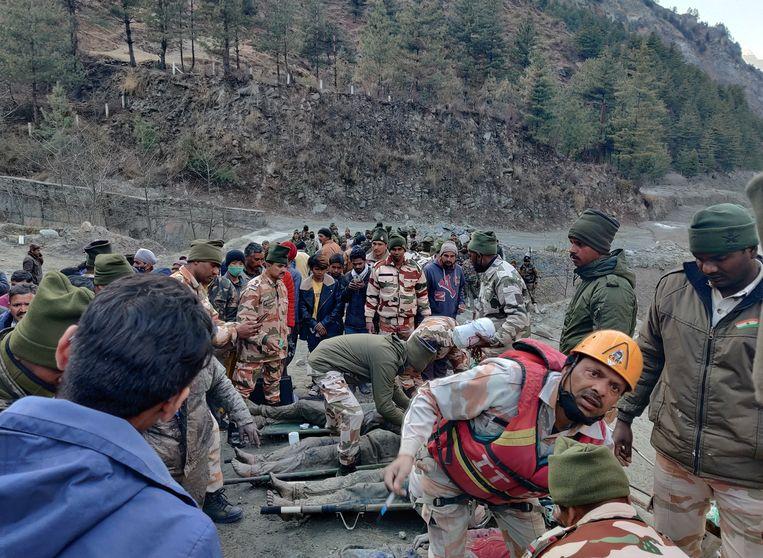 De Indo-Tibetaanse grenspolitie probeert mensen te redden die slachtoffer zijn geworden van de losgebroken gletsjer. Beeld REUTERS