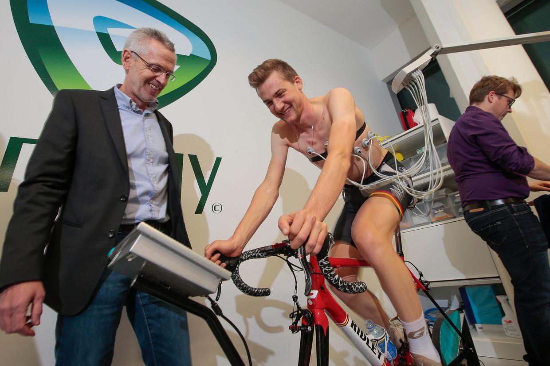 Paul Van Den Bosch met een van de renners die hij begeleidt, Tim Wellens. Beeld Photo News