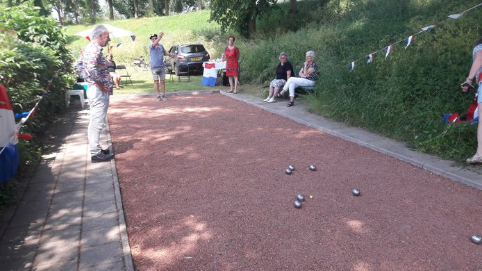 Er wordt enthousiast gegooid op de jeu de boulesbaan aan de Paalbalk in Huissen. Foto: DG