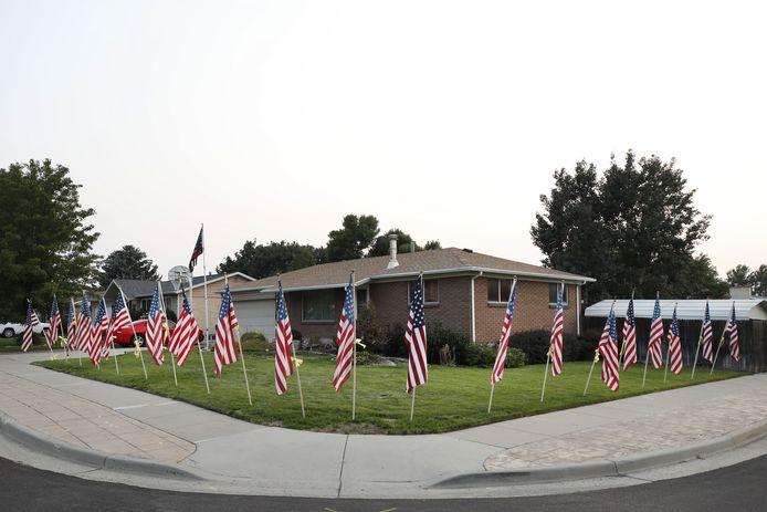 Buurtbewoners van het ouderlijke huis van Taylor Hoover in Sandy (Utah) plaatsen Amerikaanse vlaggen. (2/2)