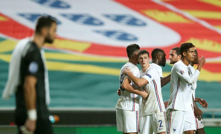 Het Franse team viert de overwinning op Portugal. Beeld EPA