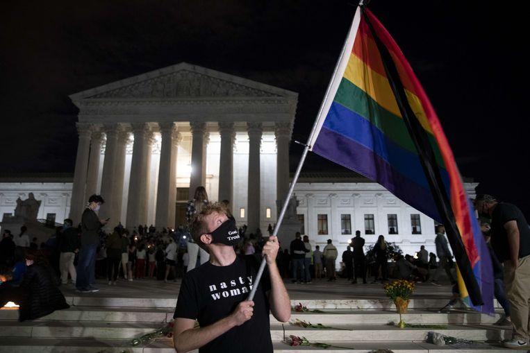 Bij het gebouw van het Amerikaanse Hooggerechtshof in Washington kwamen vrijdagavond na het nieuws over de dood van Ruth Bader Ginsburg al de eerste mensen samen om de progressieve opperrechter te gedenken. Beeld AFP