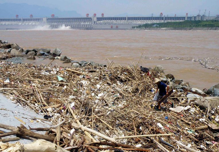 Het stuwmeer moet regelmatig gereinigd worden, aangezien afval zich ophoopt door erosie, landverschuivingen en een sterke stroming. Beeld REUTERS