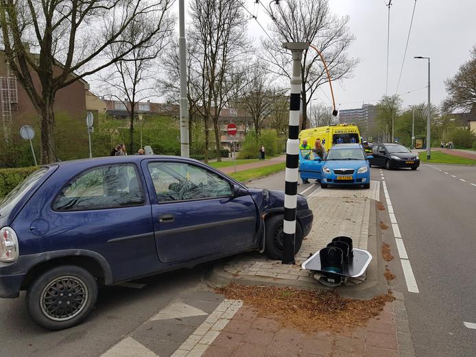 Door het ongeval is één van de voertuigen tegen een verkeerslicht tot stilstand gekomen.