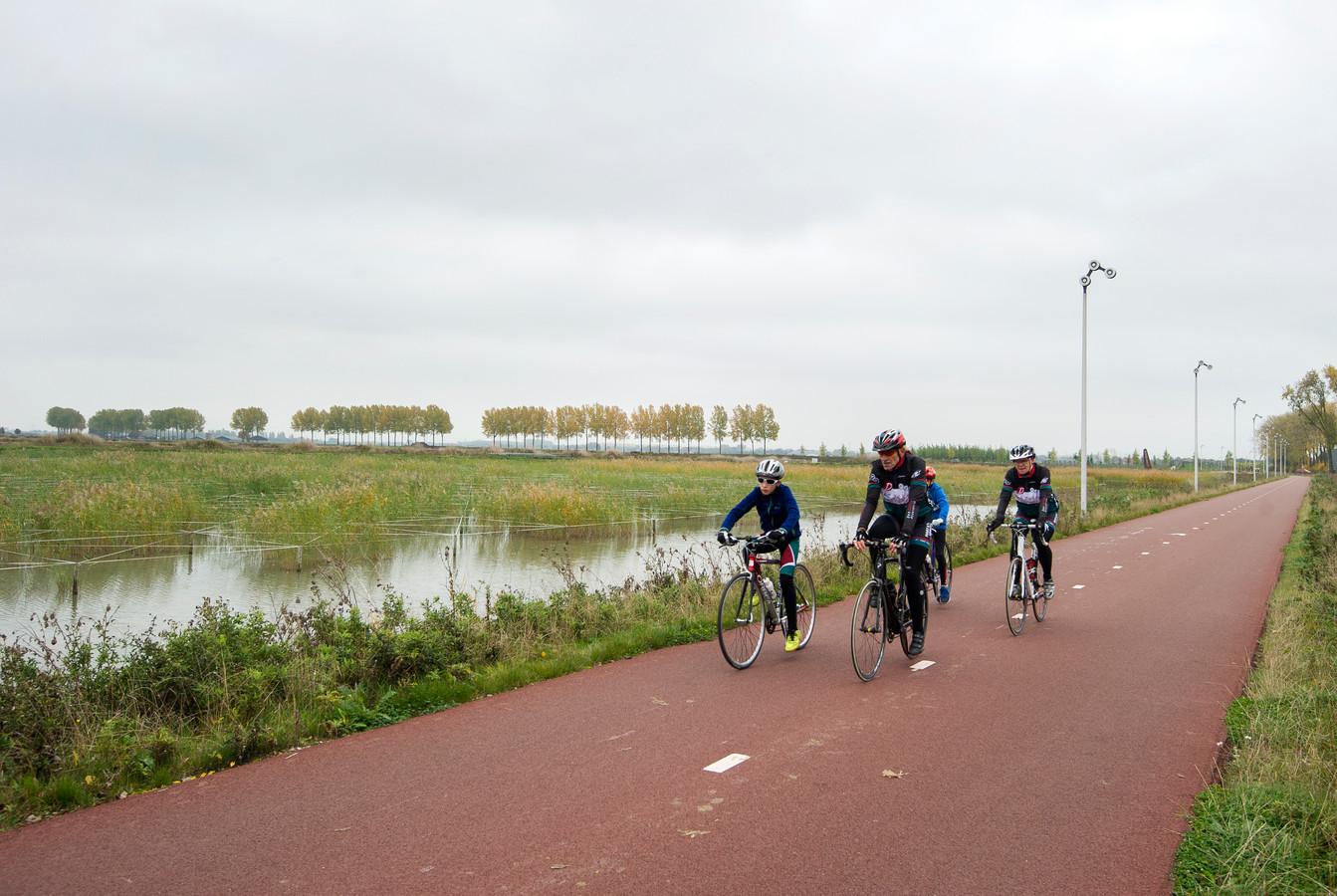 Het RijnWaalPad ter hoogte van de Shell, grenzend aan Arnhem-Zuid.