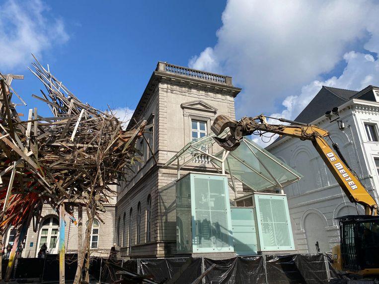 Vorige maand werd het werk 'The Passenger' van Arne Quinze in Bergen afgebroken. Beeld BELGA