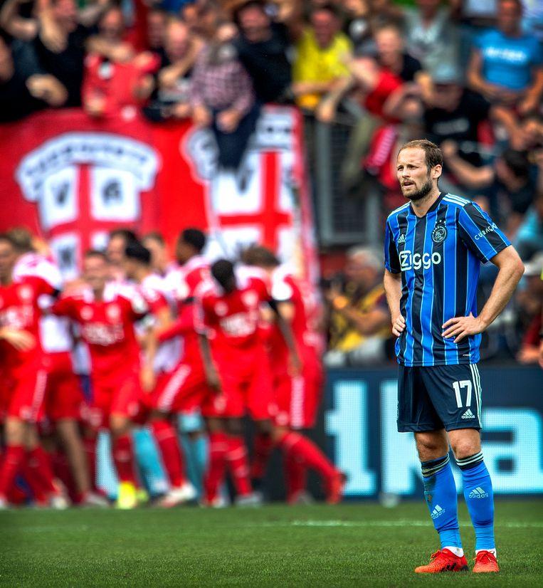 Twente viert de gelijkmaker van Robin Pröpper. Daley Blind van Ajax baalt. Beeld Klaas Jan van der Weij / de Volkskrant