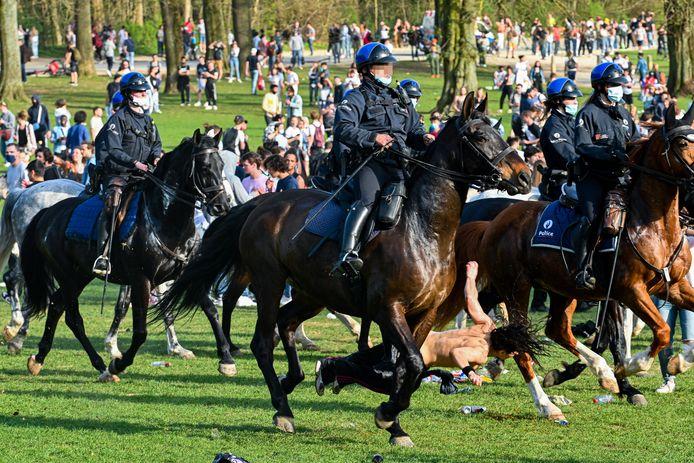 Une jeune femme percutée par un cheval de la police au cours de La Boum, le faux festival qui a dégénéré dans le Bois de la Cambre.