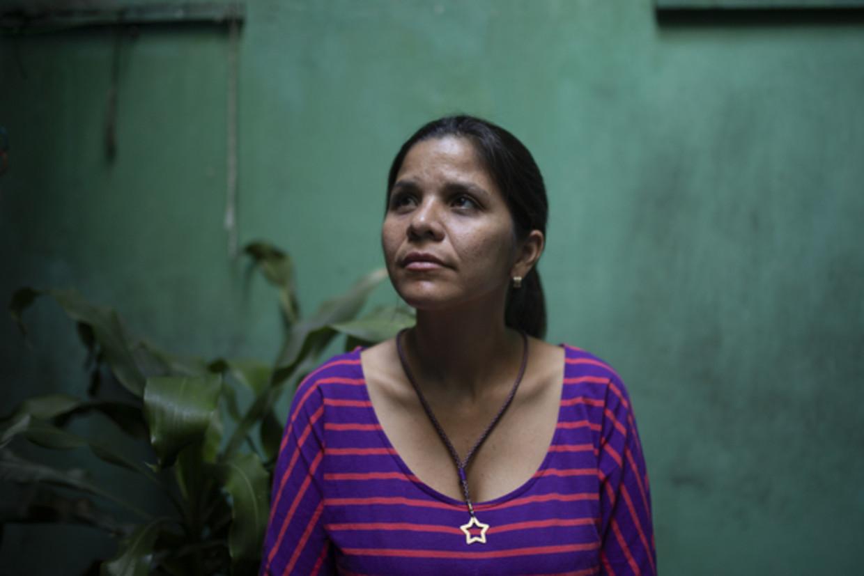 Yeydi Caro, zus van het verdwenen Venezolaanse parlementslid Gilber Caro, in haar huis in Caracas. Beeld Andrea Hernández