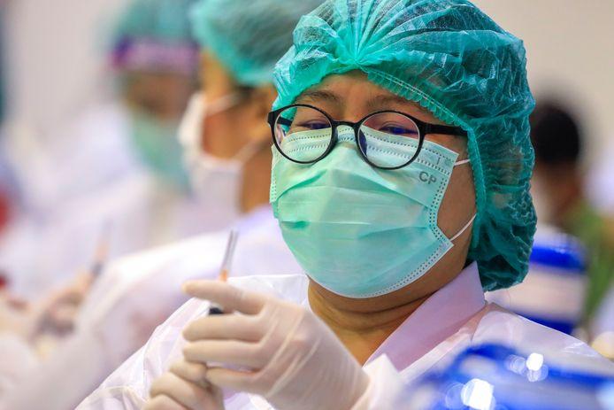 Une fonctionnaire de santé thaïlandaise administre le vaccin Sinovac COVID-19 au personnel d'un centre commercial dans un centre de vaccination à Bangkok, en Thaïlande, le 31 mai 2021. Dans le cadre de l'expansion du plan de vaccination de la Thaïlande, un certain nombre de lieux de vaccination non hospitaliers ont été mis en place afin d'aider à accélérer les vaccinations contre la Covid-19, dans l'espoir de ralentir le nombre élevé d'infections à la Covid-19.