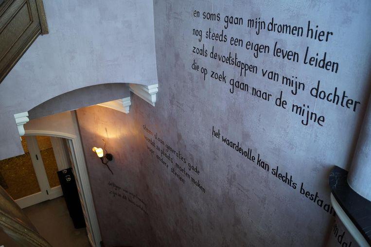 Op de muur in de hal prijkt een gedicht.