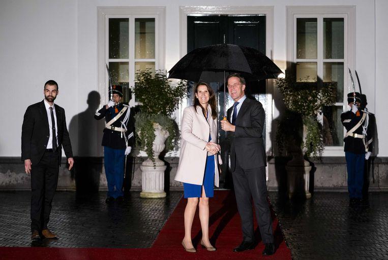 Premiers Sophie Wilmès en Mark Rutte: er valt heel wat te leren uit het verschillende perspectief van beide landen.   Beeld AFP