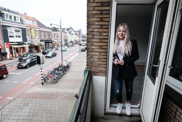 De Didamse Annica is heel blij in haar nieuwe appartement in Velp. Foto: Jan Ruland van den Brink
