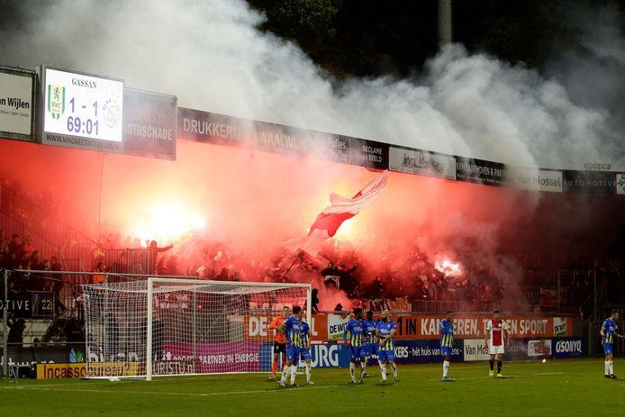 Het vuurwerkprotest van de fans van Ajax tijdens het bezoek aan RKC.