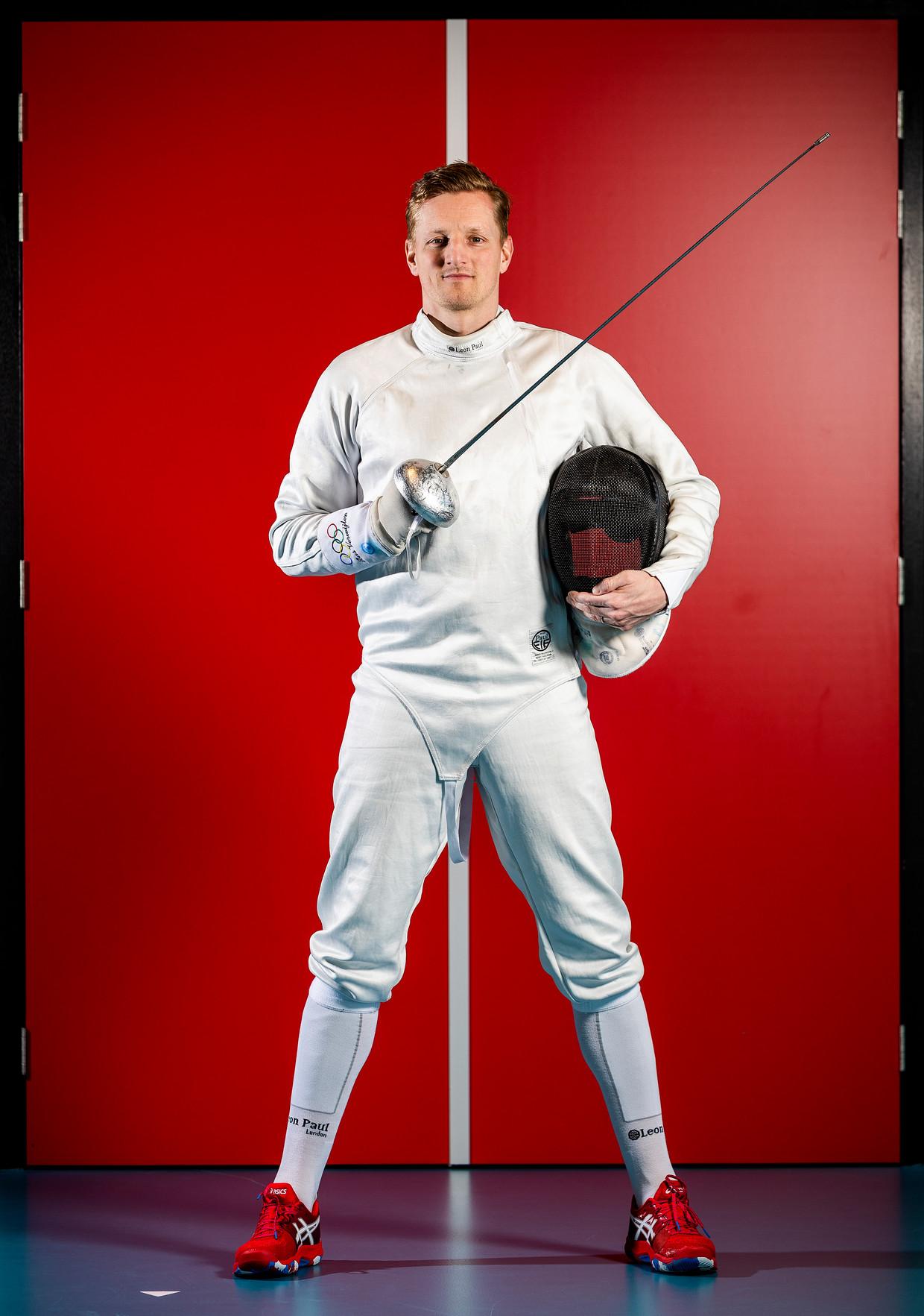 Schermer Bas Verwijlen komt deze zomer voor de vierde keer uit op de Zomerspelen. Zijn outfit wordt gecompleteerd door 'gewone' tennisschoenen. Beeld Jiri Büller