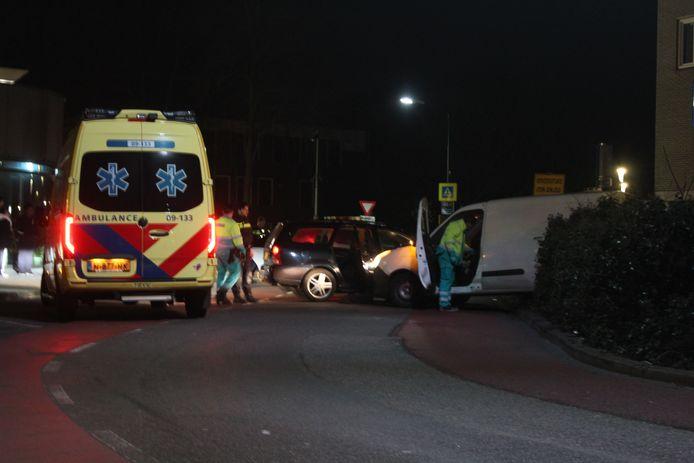 Een personenauto en een busje raakten in botsing.
