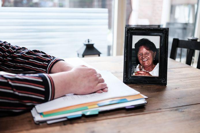 Carina Lichtenberg met het dossier en een foto van haar overleden moeder. Foto Jan Ruland van den Brink