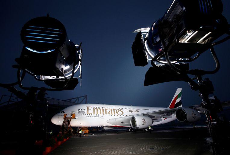 Een gloednieuwe Airbus A380 wordt verlicht bij de overdracht aan Emirates. Archieffoto. Beeld REUTERS