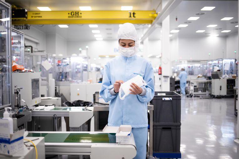 Een medewerker van de mondkapjesfabriek in Etxebarria.  Beeld César Dezfuli