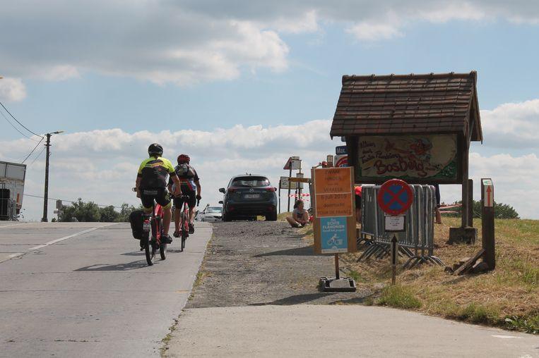 Groepjes wielertoeristen bedwingen de Bosberg, in aanloop naar de Tour de France.