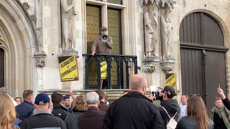Een van de actievoerders nam het woord op het balkon van het stadhuis.