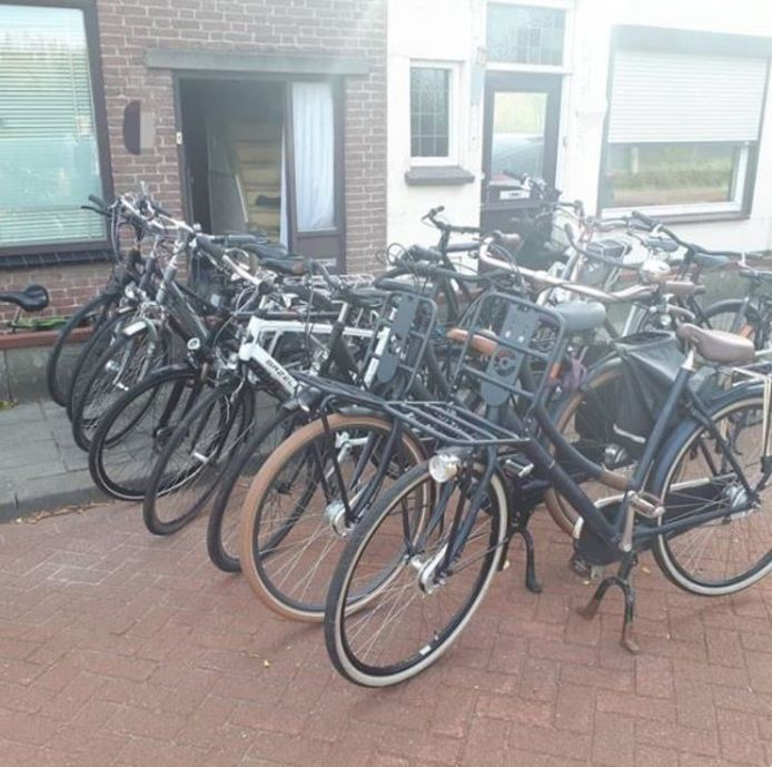 Bij de inval werden zeventien fietsen in beslag genomen.