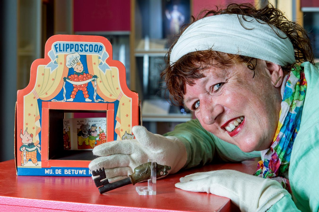 Directeur Alexandra van Steen met een Flipposcoop en een 2000 jaar oude Romeinse sleutel in verband met een digitale Gelderse expositie.