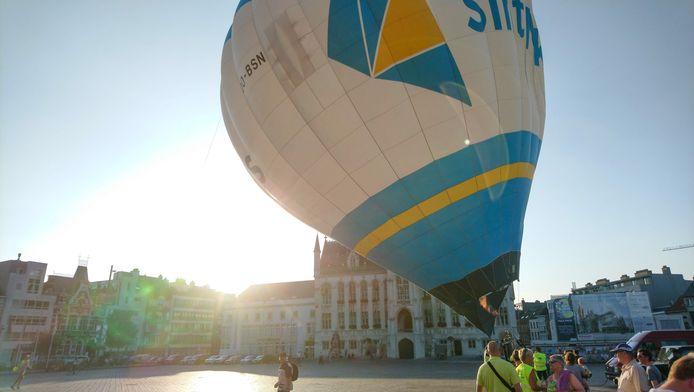 De stadsballon wordt klaargemaakt voor een vlucht op de Grote Markt. Voortaan is dat weer toegelaten.