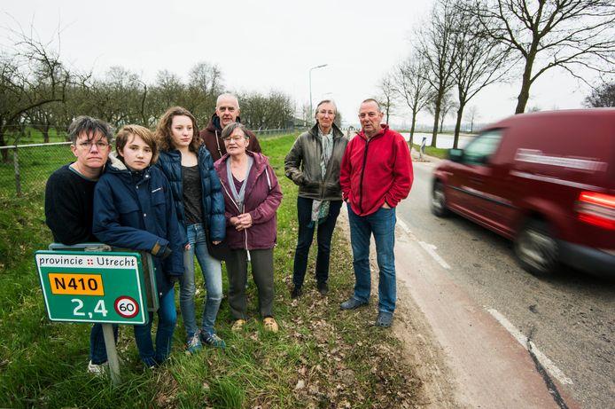 Bewoners van de Burgweg (Bunnik) en de Houtenseweg (Houten) hebben in het verleden wel vaker geprotesteerd tegen het almaar toenemende sluipverkeer. Uiterst rechts: Dick Juffermans.