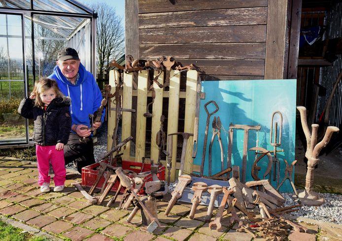 Georges De Beuf met kleindochter Ella gaf meer dan 150 oude werktuigen aan de Heemkundige Kring