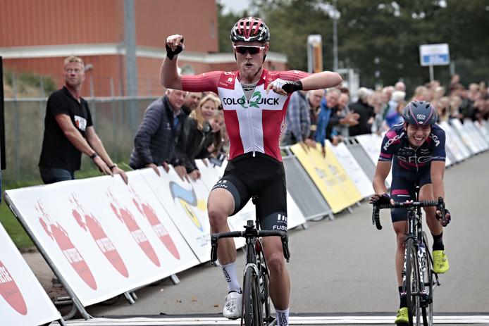 Julius Johansen is de Nederlander Ide Schelling net te snel af.