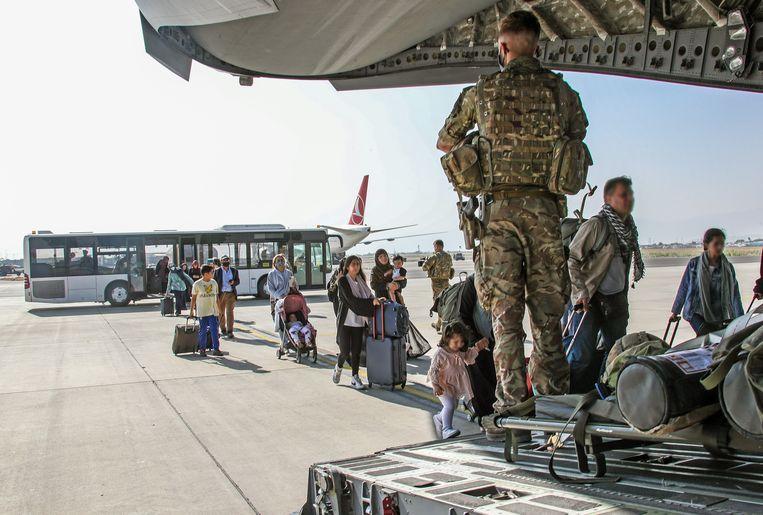 Britse militairen evacueren half augustus mensen op het vliegveld van de Afghaanse hoofdstad Kaboel. Beeld Brunopress