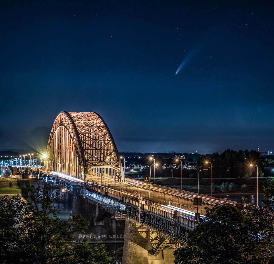 Fotograaf Karsten Russ legde komeet Neowise vast met als voorgrond Lent.
